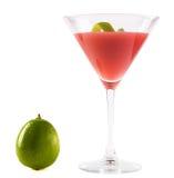 Cocktail cosmopolita com cal Foto de Stock