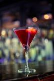Cocktail cosmopolita na barra fotografia de stock royalty free