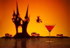 Cocktail cosmopolite dans l'arrangement de Halloween Images libres de droits