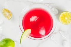 Cocktail cosmopolite rouge avec la chaux image stock