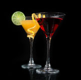 Cocktail cosmopolite rouge de deux cocktails sur un fond noir image stock