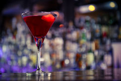 Cocktail cosmopolite sur la barre Photos stock