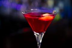 Cocktail cosmopolite sur la barre Photographie stock