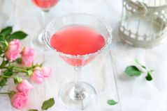 Cocktail cosmopolite sur le fond blanc images stock