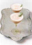 Cocktail crémeux de chocolat sur un plateau de vintage et un fond blanc photo stock
