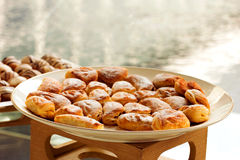 Cocktail délicieux de pains en partie sur la ligne de buffet Images libres de droits