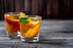 Cocktail délicieux et froid de pêche photo stock