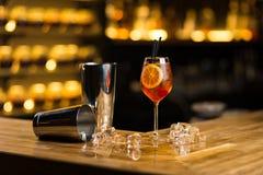 Cocktail démodé se tenant sur la barre images libres de droits