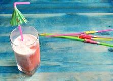 Cocktail d'été avec des baies sur le fond bleu image libre de droits