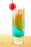 Cocktail d'alcool avec le Curaçao bleu, orange et mars Images libres de droits