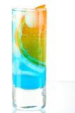 Cocktail d'alcool avec le Curaçao et l'orange bleus Images libres de droits