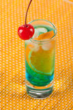 Cocktail d'alcool avec le Curaçao et l'orange bleus Photos stock