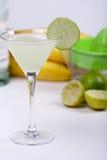 Cocktail d'alcool avec le jus de limette Images stock
