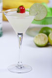 Cocktail d'alcool avec le jus de limette Photo libre de droits