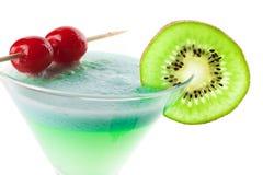 Cocktail d'alcool avec le kiwi et la cerise Image stock
