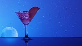 Cocktail d'alcool dans l'eau sur le fond de ciel nocturne Photos libres de droits