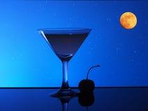 Cocktail d'alcool dans l'eau sur le fond de ciel nocturne Image stock