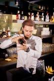 Cocktail d'alcool sur la barre Le barman prépare un cocktail alcoolique photo libre de droits