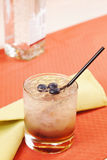 Cocktail da amora em um vidro com uva-do-monte Imagens de Stock Royalty Free