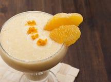 Cocktail da banana com laranja Fotos de Stock
