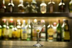 Cocktail da bebida de Martini em uma barra Fotografia de Stock