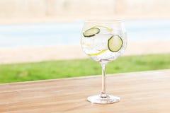 Cocktail da gim e do tônico do pepino por uma associação fora Imagens de Stock