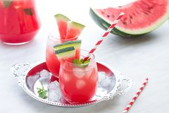 Cocktail da melancia com limão e hortelã Ascendente próximo de refrescamento da limonada Foto de Stock