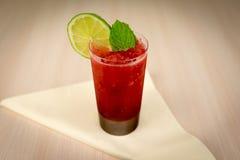 Cocktail da morango com cal e hortelã na tabela de madeira Fotografia de Stock
