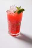 Cocktail da morango de Mojito close up isolado no fundo branco fotografia de stock