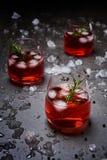 Cocktail da romã no fundo concreto preto imagem de stock royalty free