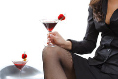 Cocktail da terra arrendada da mulher fotografia de stock