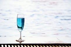 Cocktail dal poolside Immagini Stock Libere da Diritti
