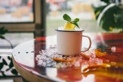 Cocktail dans la tasse de fer avec de la glace Glace écrasée photographie stock