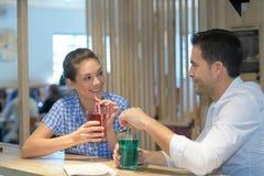 Cocktail de boissons de couples en café Image libre de droits