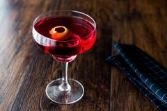 Cocktail de Boulevardier avec la peau de citron images stock