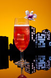 Cocktail de bride de Singapour de métropole dans l'arrangement d'horizon de ville photographie stock
