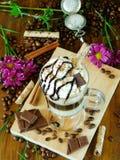 Cocktail de café avec la crème fouettée dans une tasse de café irlandais Image stock