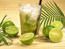Cocktail de Caipirinha com cais imagens de stock