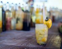 Cocktail de Caipirinha com fruto brasileiro do caju Imagem de Stock