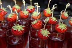 Cocktail de champagne avec la fraise Image libre de droits
