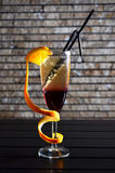 Cocktail de Champagne em uma tabela, contra uma parede de tijolo fotografia de stock royalty free