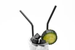 Cocktail de clavier et de concombre sur le plan rapproché de roches de glace Image stock