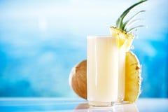 Cocktail de colada de pina de Pinacolada sur la plage image stock