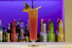 Cocktail de couleur orange au bar image libre de droits