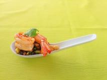 Cocktail de crevette Crevette faite sauter à feu vif Crevette servie sur une cuillère Une cuillerée de crevette Images libres de droits