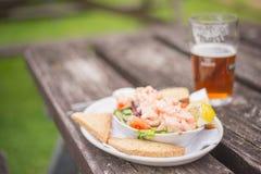 Cocktail de crevette rose et une bière photo libre de droits