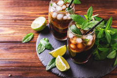 Cocktail de Cuba Libre com cola, cal, rum e pastilha de hortelã Imagem de Stock