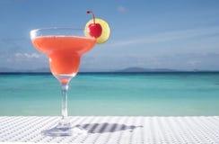 Cocktail de daiquiri de fraise sur la table au restaurant de plage photo libre de droits