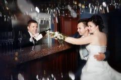Cocktail de derramamento do barman para o noivo e a noiva fotos de stock