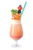 Cocktail de forme physique avec des baies et des fleurs images stock